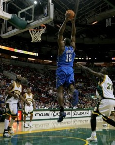 dwight_howard_flies_dunks
